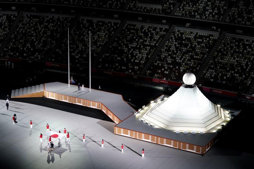 Вынос флага Японии на церемонии открытия на Национальном олимпийском стадион