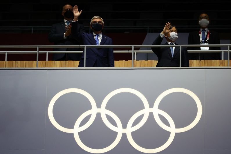 Президент Международного олимпийского комитета Томас Бах и император Японии Нарухито (слева направо) на церемонии открытия на Национальном олимпийском стадионе