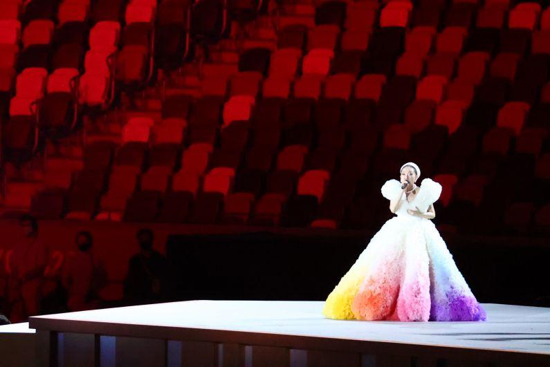 Певица MISIA выступает во время поднятия флага Японии на церемонии открытия на Национальном олимпийском стадионе