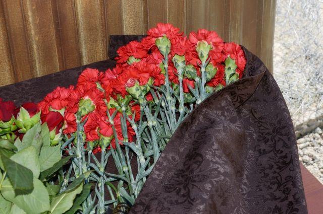 Цветы на месте гибели судебных приставов в Сочи.