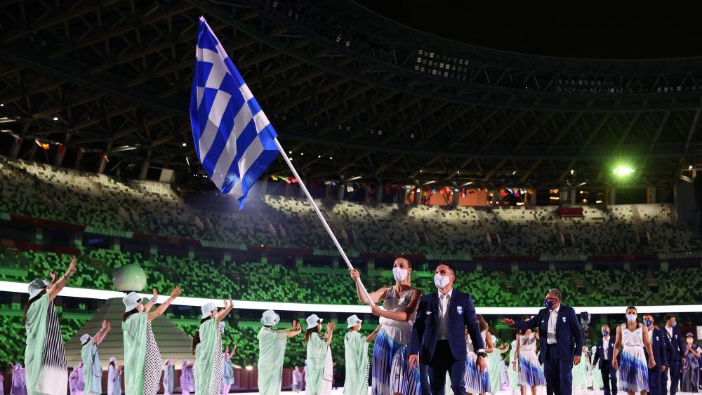 Олимпийская команда Греции во время парада атлетов на Национальном олимпийском стадионе