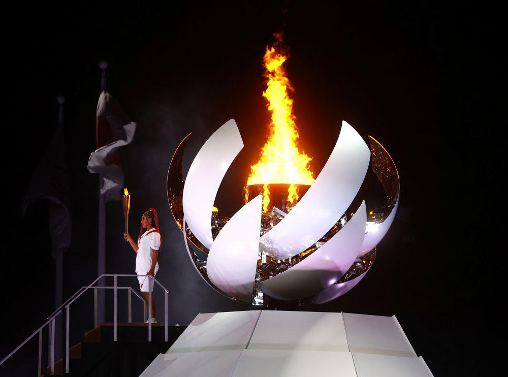 Чаша олимпийского огня на церемонии открытия на Национальном олимпийском стадионе