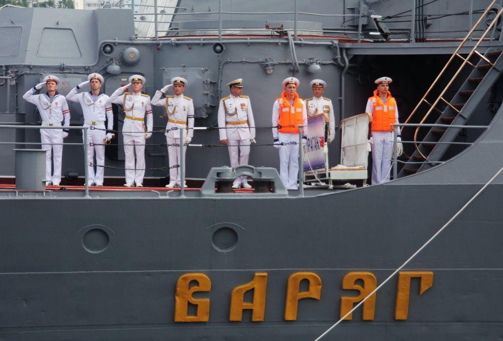 Экипаж гвардейского ракетного крейсера «Варяг» на репетиции парада ко Дню ВМФ во Владивостоке