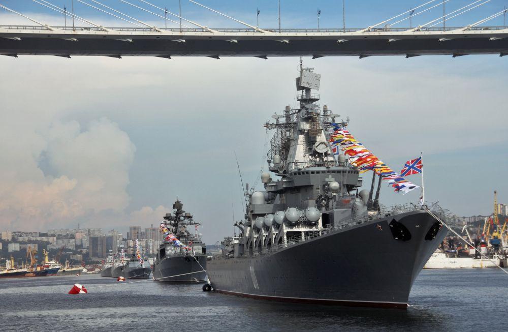 Корабли на репетиции парада ко Дню ВМФ во Владивостоке. Справа: гвардейский ракетный крейсер «Варяг» проекта 11641