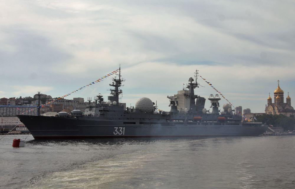 Корабль измерительного комплекса (КИК) «Маршал Крылов» проекта 1914.1 на репетиции парада ко Дню ВМФ во Владивостоке