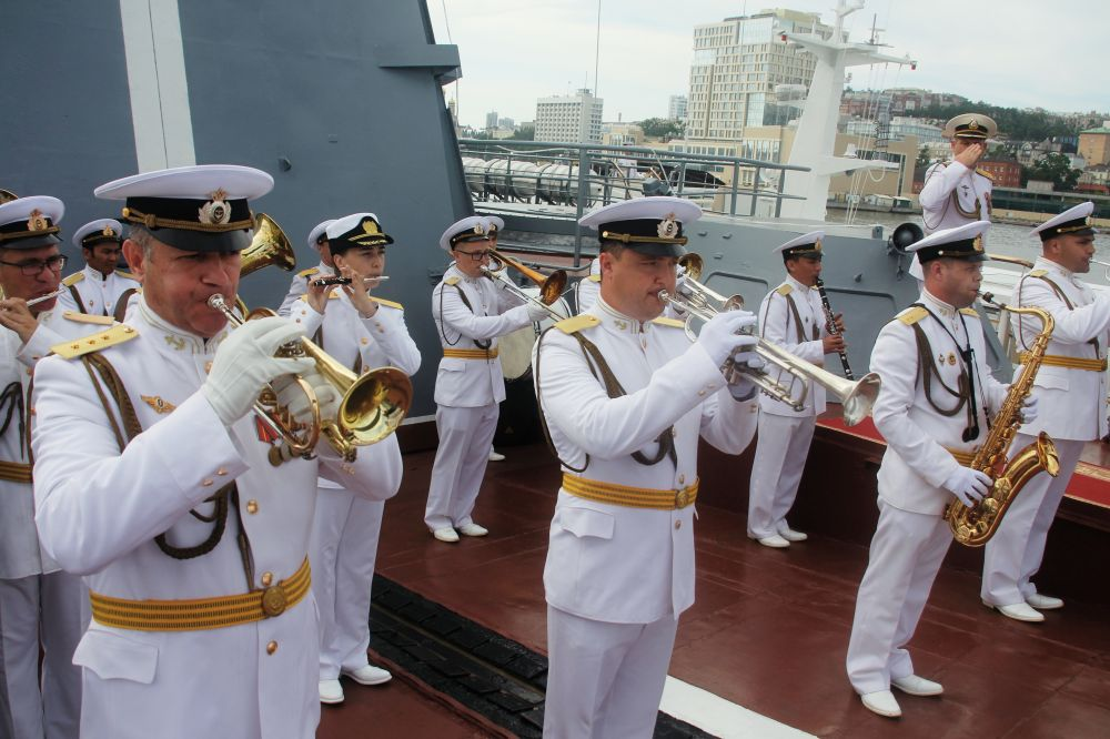 Музыканты военного оркестра на репетиции парада ко Дню ВМФ во Владивостоке