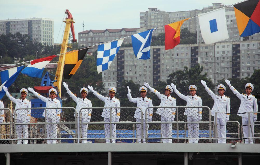 Экипаж ракетного фрегата Военно-морских сил Вьетнама Tran Hung Dao (HQ-015) на репетиции парада ко Дню ВМФ во Владивостоке