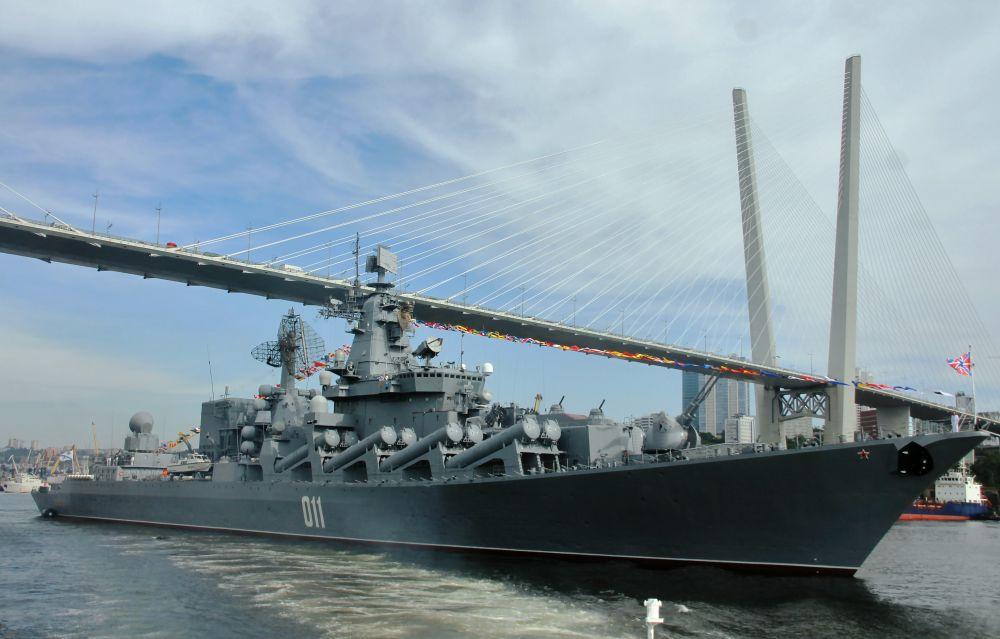 Гвардейский ракетный крейсер «Варяг» проекта 11641 на репетиции парада ко Дню ВМФ во Владивостоке