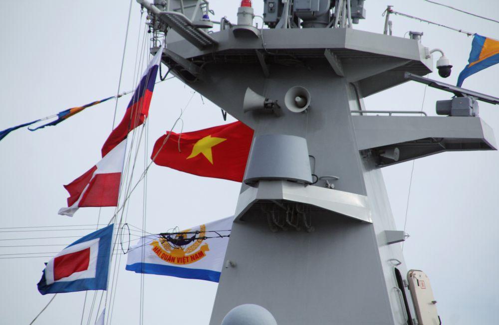 Флаги на ракетном фрегате Военно-морских сил Вьетнама Tran Hung Dao (HQ-015), который участвует в репетиции парада ко Дню ВМФ во Владивостоке