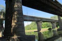 В Оренбурге под аварийным мостом через Сакмару подростки снова повесили тарзанку.
