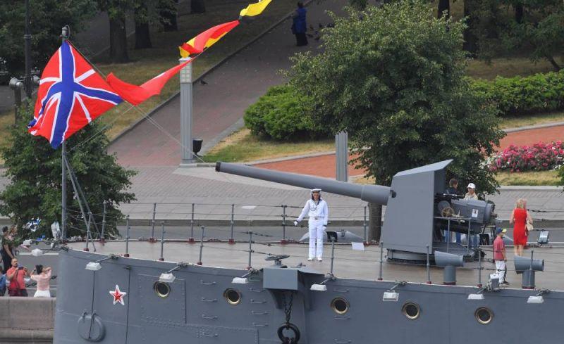 Матрос на палубе крейсера