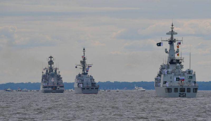 Слева направо: фрегат Военно-морских сил Индии