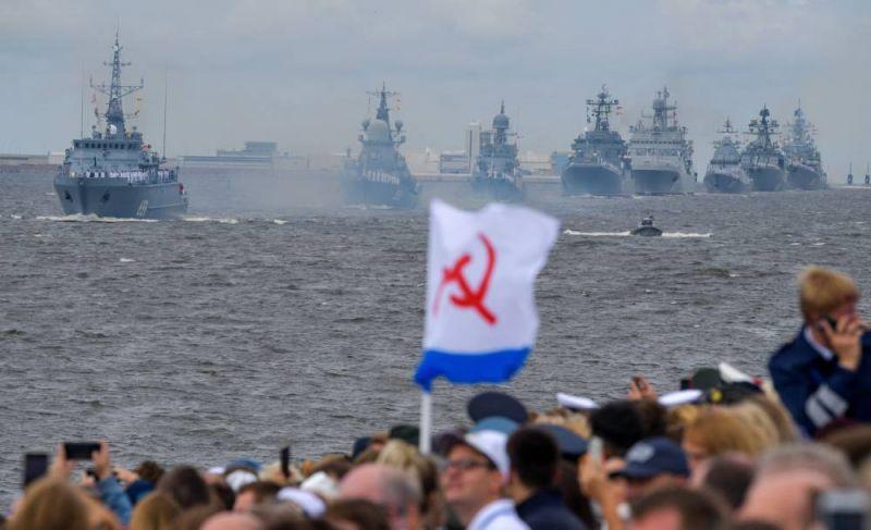 Корабли на Главном военно-морском параде в честь Дня ВМФ в Кронштадте.