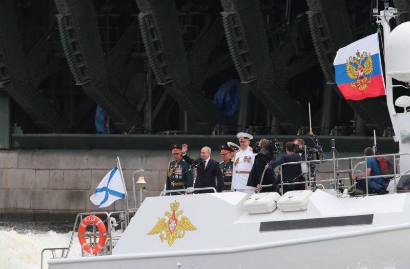 Президент РФ, верховный главнокомандующий Владимир Путин на Главном военно-морском параде по случаю Дня Военно-морского флота РФ.