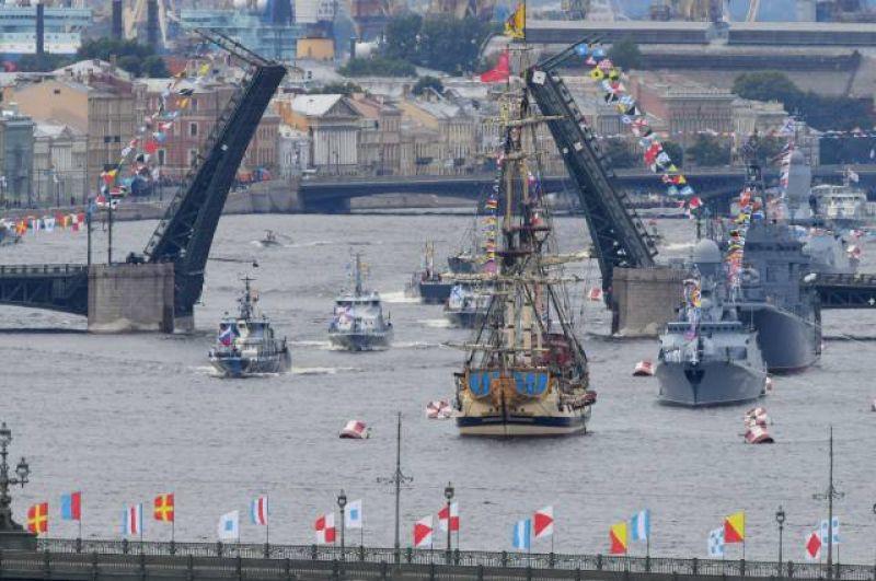 Корабли в акватории Невы на Главном военно-морском параде в честь Дня ВМФ в Санкт-Петербурге.
