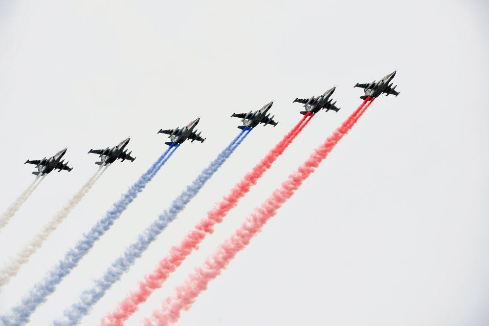 В небо поднялись 48 вертолетов и самолетов.
