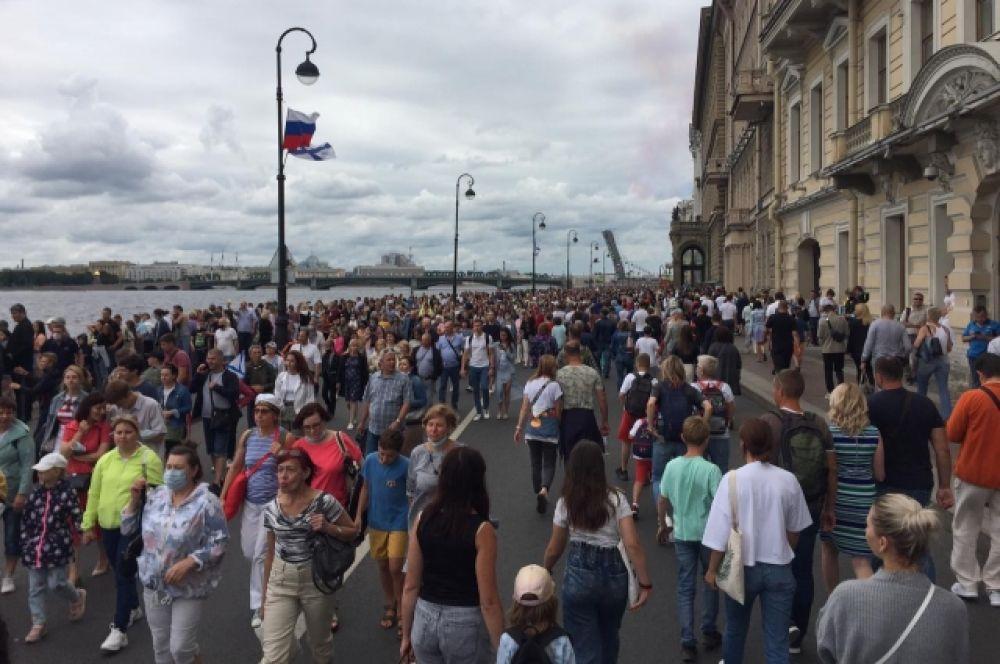 На набережные Невы вышли сотни людей.