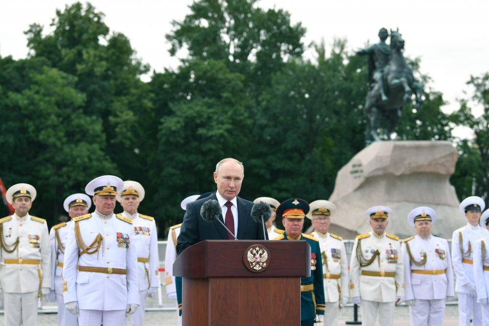 Парад принимал Верховный Главнокомандующий Вооруженными Силами РФ, Президент России Владимир Путин.