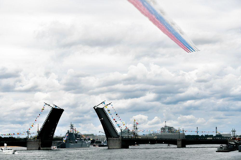 25 июля 2021 года в акватории Невы у Сенатской площади и в Кронштадте состоялся главный военно-морской парад.