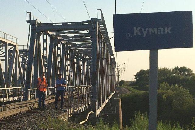 В Оренбуржье 12-летний мальчик получил удар током на железнодорожном мосту через реку Кумак.