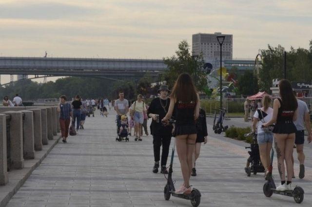 Одни считают появление стройных полуголых девушек в центре города безобидным и даже приятным для глаз событием. Другие уверены: в таком виде появляться на людях стыдно!