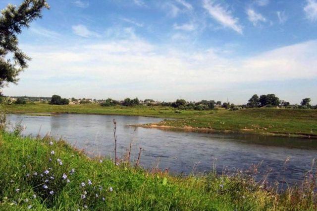 Вечером 15 июля 11-летняя девочка вместе с сестрой отправилась искупаться в холодной воде в реке Змейке на Итурупе,