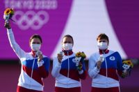 Российские спортсменки, члены сборной России (команда ОКР) Светлана Гомбоева, Елена Осипова и Ксения Перова (слева направо), завоевавшие серебряные медали в командном первенстве среди женщин по стрельбе из лука на XXXII летних Олимпийских играх в Токио. 25.07.2021 г.