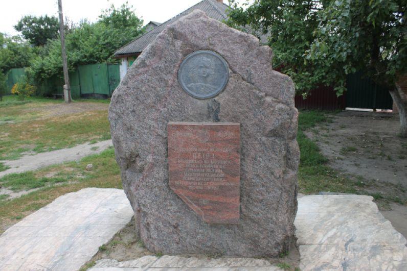 Памятный знак на месте встречи Петра I и украинского гетмана Мазепы. Находится на улице Освобождения