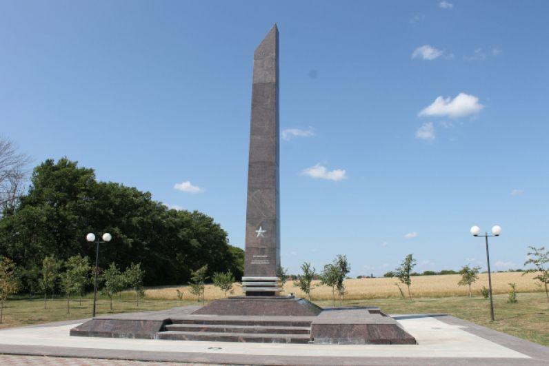 Стела «Острогожск — населенный пункт воинской доблести» на въезде в райцентр