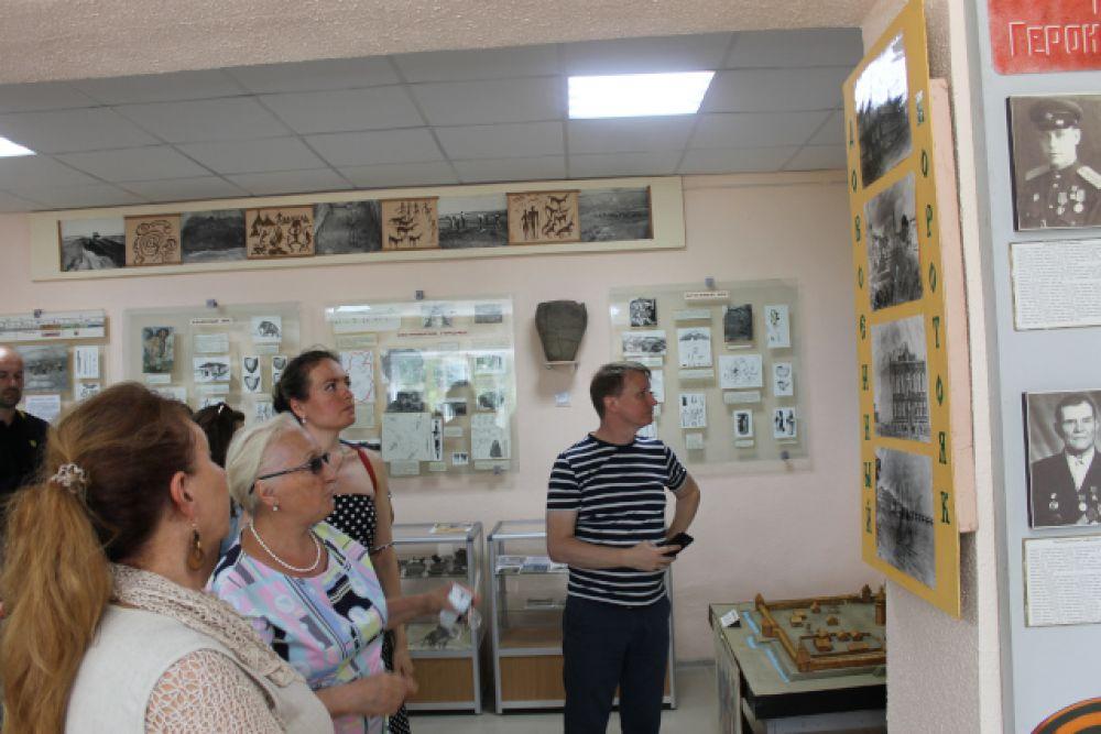 Заведующая Коротоякской сельской библиотекой Валентина Крутских проводит экскурсию