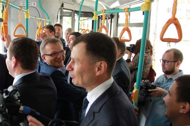 Август 2018 г. Александр Рукавишников (на переднем плане) участвует в приёмке сорока низкопольных автобусов.