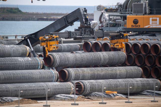 Трубы для газопровода «Северный поток - 2» загружаются на судно в порту Мукран, Мекленбург.