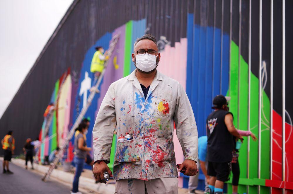 Энрике Чиу во время пограничной стены между Мексикой и США