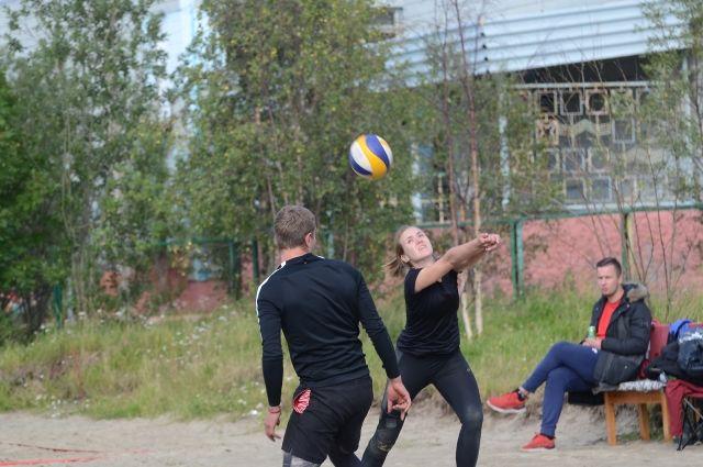 Пары – мужчина-женщина – сражались, будто это соревнование входило в официальный список областных турниров.