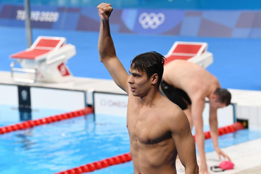 Евгений Рылов, занявший 1-е место в финальном заплыве на 100 метров на спине среди мужчин на XXXII летних Олимпийских играх