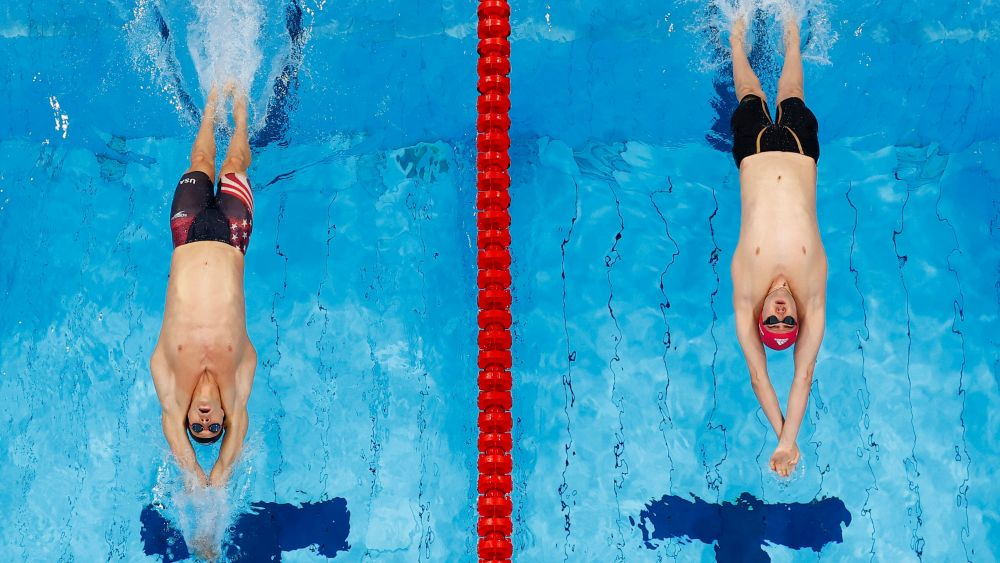 Американский спортсмен Райан Мёрфи и российский спортсмен Климент Колесников во время финального заплыва на 100 метров на спине среди мужчин на XXXII летних Олимпийских играх