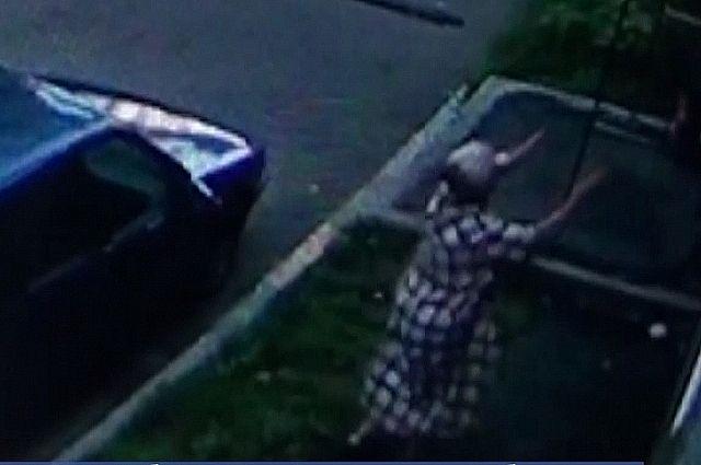 Женщина шла из магазина с покупками, когда увидела в окне второго этажа малыша.