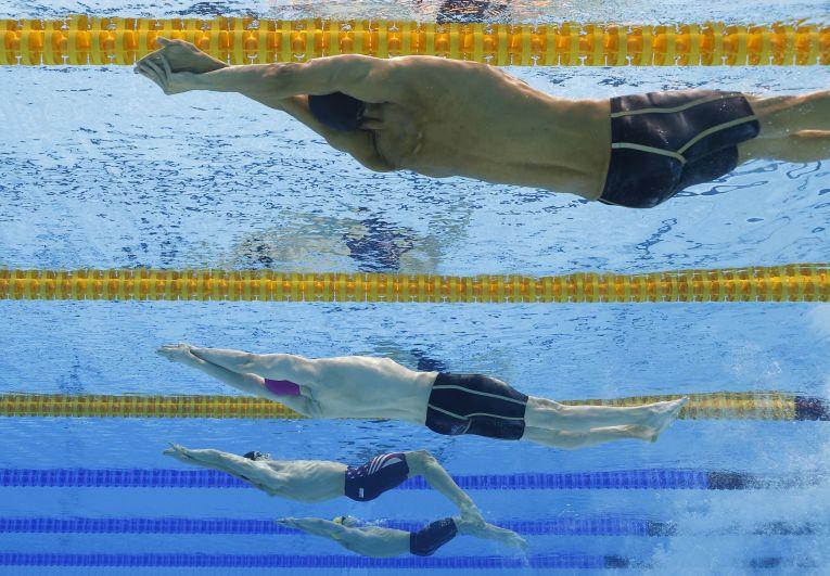 Итальянский спортсмен Томас Чеккон и российский спортсмен Климент Колесников в финальном заплыве на 100 метров на спине среди мужчин на XXXII летних Олимпийских играх