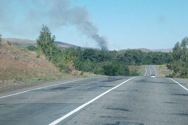На месте происшествия работают пожарные.