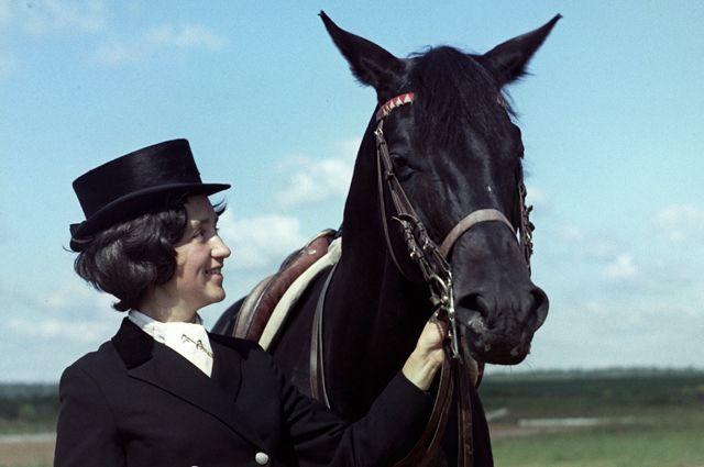 Чемпионка мира и Олимпийских Игр по выездке Елена Петушкова со своим легендарным конем Пеплом.