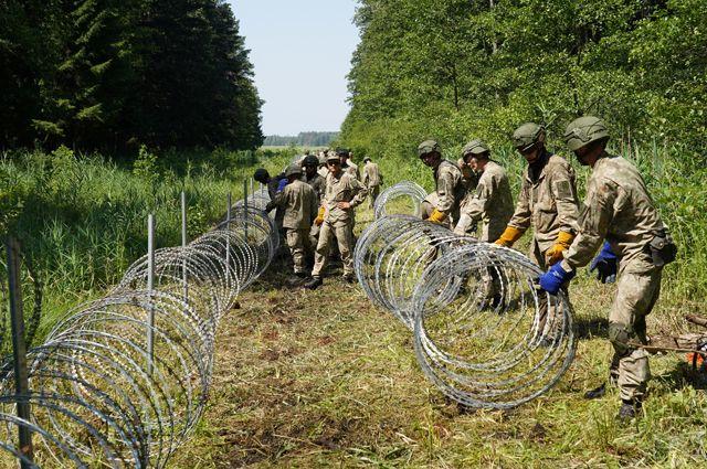 Литовская армия укрепляет границу с Белоруссией.