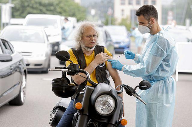 В центрах вакцинации в Германии пациенты могут ждать очереди на прививку, не покидая личный транспорт.