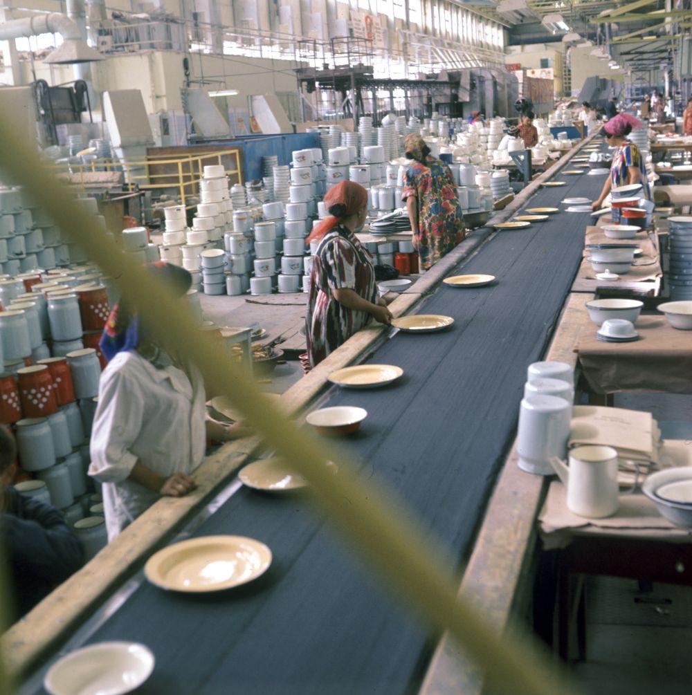 Эмалированный бидон. Производство бидонов и эмалированной посуды в цехе Бекабадского металлургического завода имени В.И. Ленина