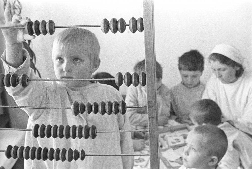 Счёты. Воспитанники детского сада во время занятий.