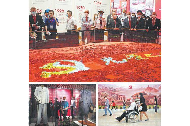 Экспаты из Шанхая посещают Мемориальный зал Дома-музея первого съезда КПК.