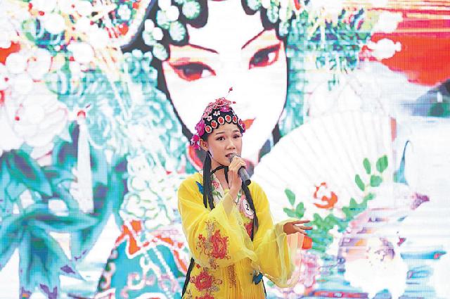 Студентка из Лаоса выступает во время китайского моста, конкурса на знание китайского языка, во Вьентьяне, Лаос, 2020 год.