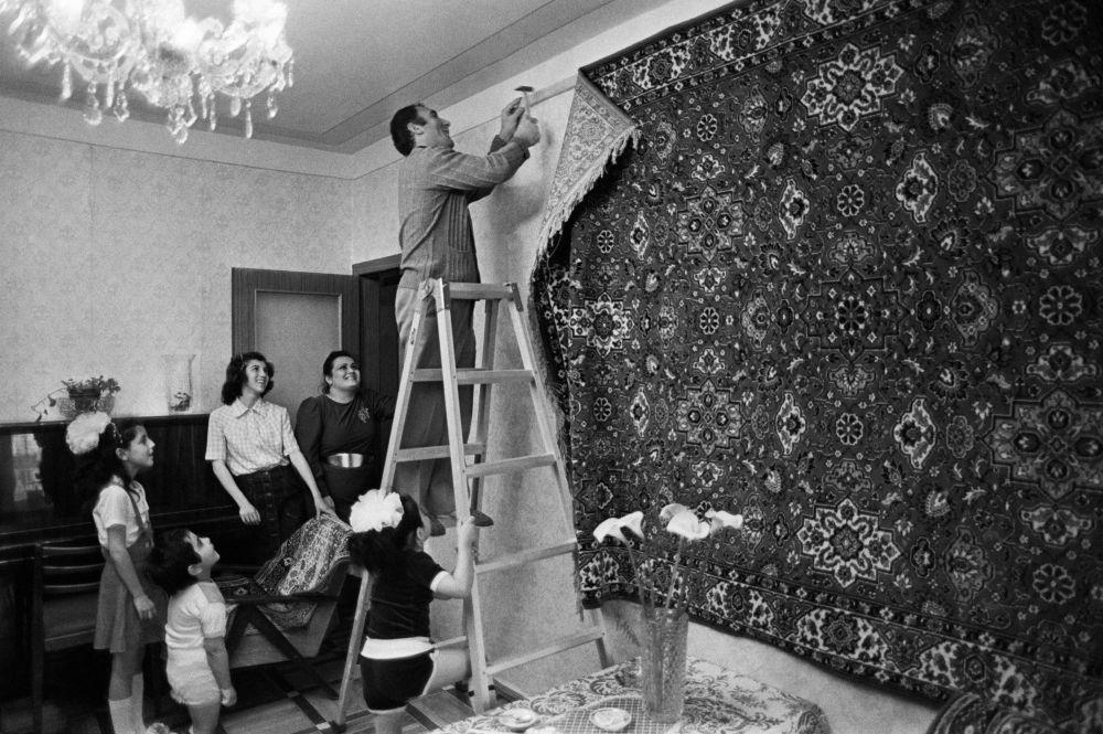 Ковёр на стене. Новоселье у советской семьи