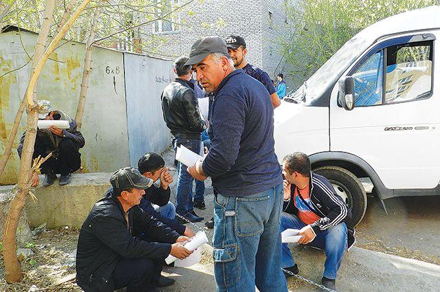 Задержанным удалось легализовать более 50 иностранцев.