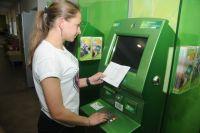 Многие омичи оплачивают квитанции через банковские организации.