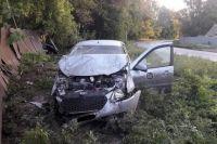В Оренбурге водитель без прав помял забор частного дома и уложил на бок Datsun.